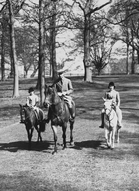 Ее Величество Королева Елизавета II, когда в возрасте тринадцати лет, ехал с отцом короля Георга VI и сестрой принцессы Маргарет  21 апр 1939