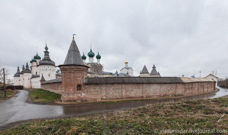 Старые стены Ростовского кремля. Стена Митропольичево сада.
