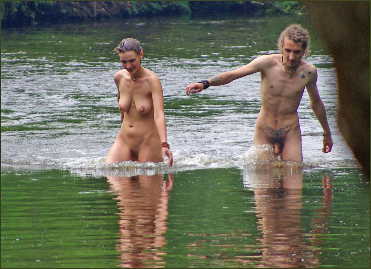 Секс семейной пары на речке 22 фотография