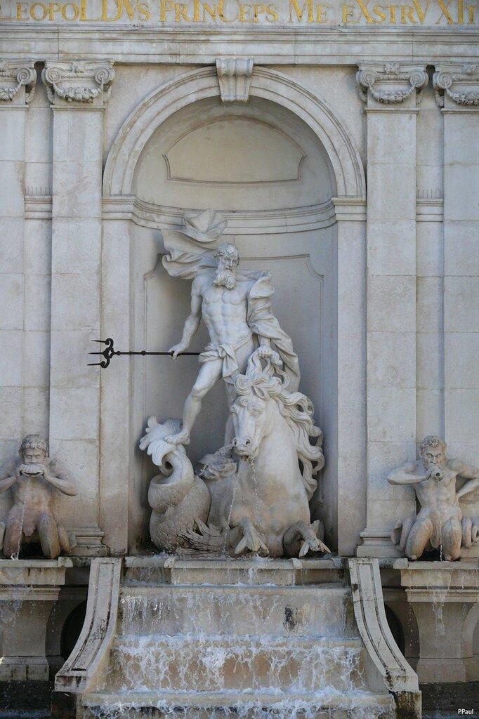 """Зальцбург. На площади Соборного Совета есть фонтан """"Нептун"""" Он был установлен скульптором Антоном Пфаффингером в1732 году и служил купальней для лошадей."""