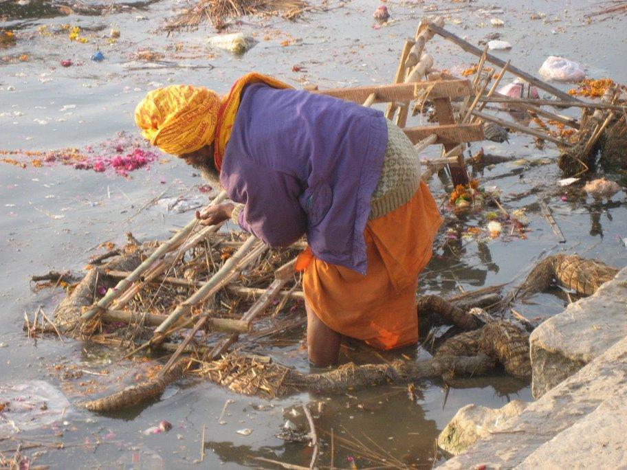 Индийские женщины моются в реке видео