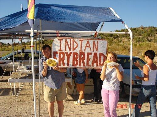 Индейцы Навахо торгуют лепешками по 3 $.