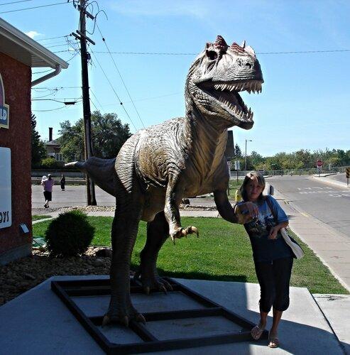 У музея динозавров в канадской провинции Альберта.
