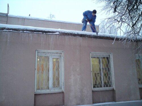 Уборка крыши от снега по периметру