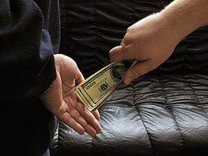На Дальнем Востоке чиновница и ее пособник осуждены за взятку