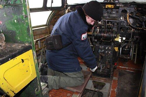 Евгений демонтирует приборное оборудование