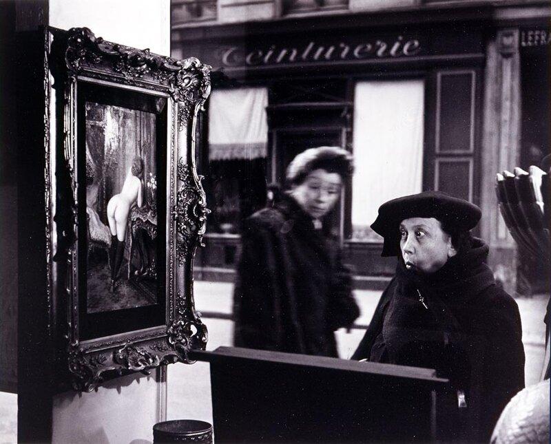 Robert Doisneau, La Dame Indignée.Vitrine Galerie Romi, Paris,1947.