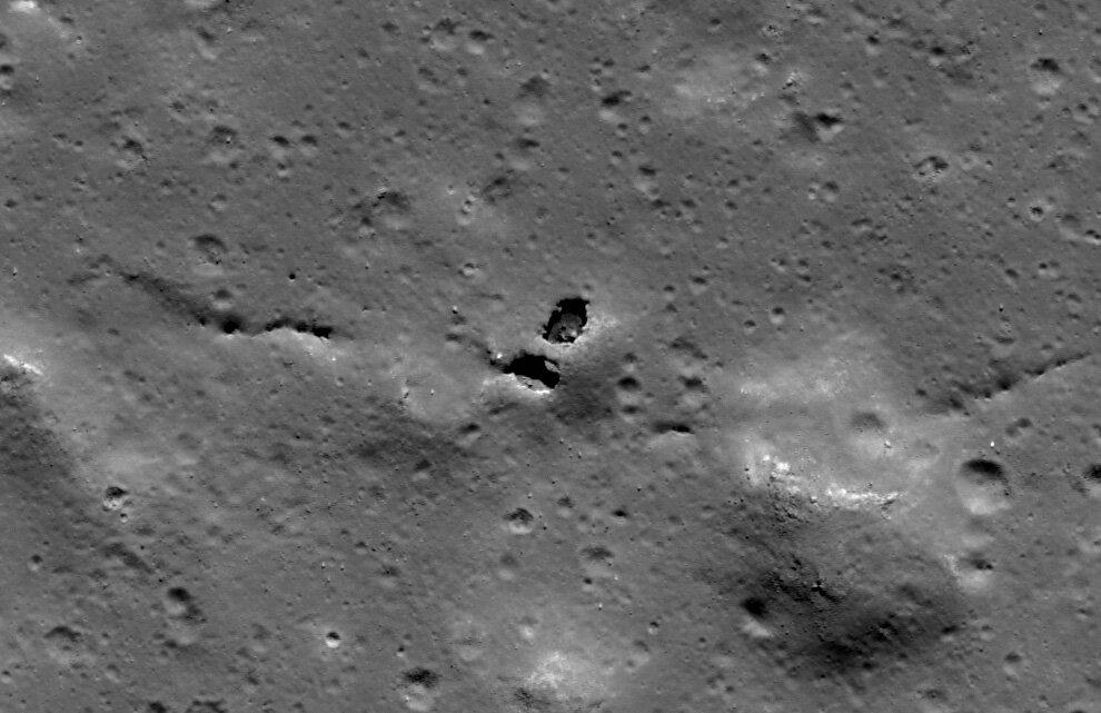 Станция LROC сфотографировала естественный мост на Луне