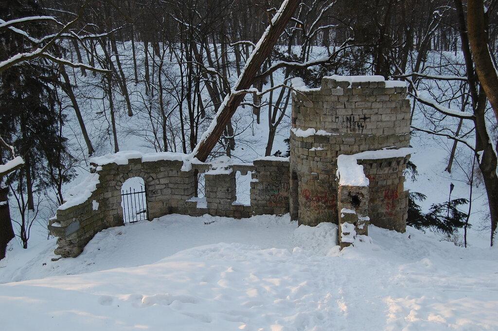 """""""Руины"""" в парке"""