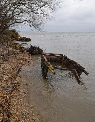 После шторма. Разбитая лодка