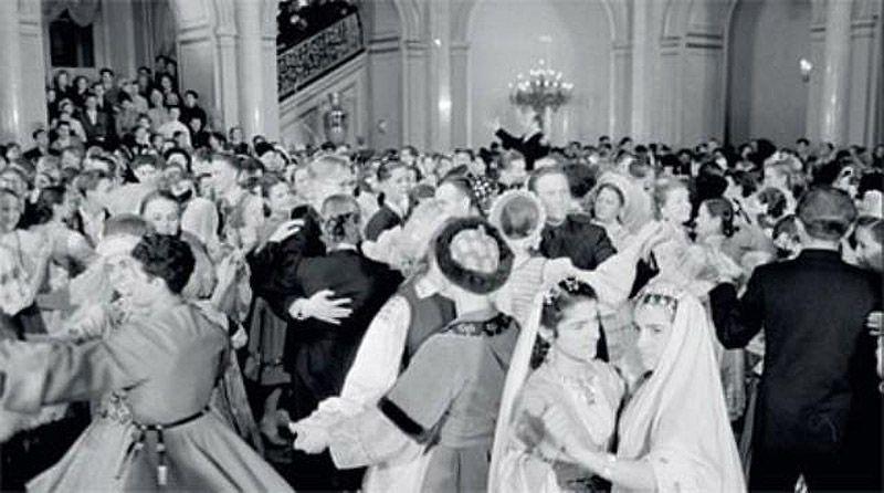 15. Учащиеся ПТУ пришли на кремлевский новогодний праздник в национальных костюмах. Даже лестница пл