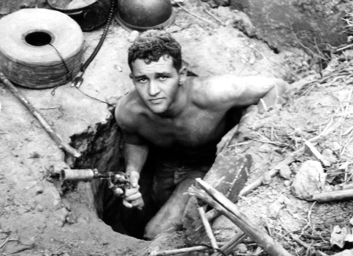Сержант Рональд Пейн выходит из подземного тоннеля, прорытого северовьетнамскими партизанами в лесах Ho Bo в Южном Вьетнаме