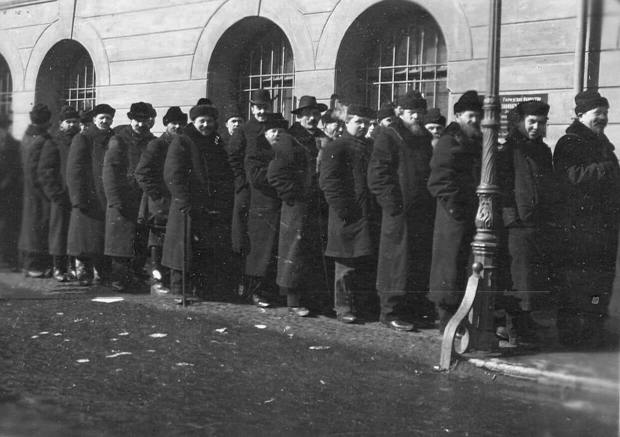 20 марта 1906. Избиратели у подъезда Городской думы во время выборов выборщиков в Первую Государственную думу