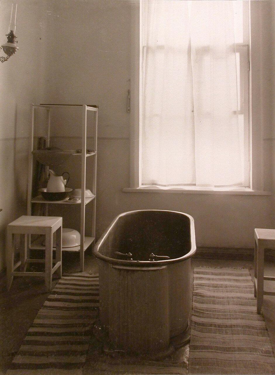 40. Вид части ванной комнаты для больных (в здании больницы)