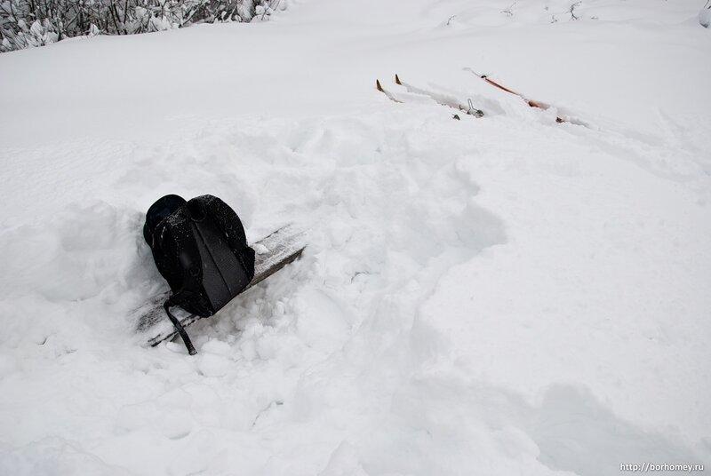 рюкзак на лавке зимой