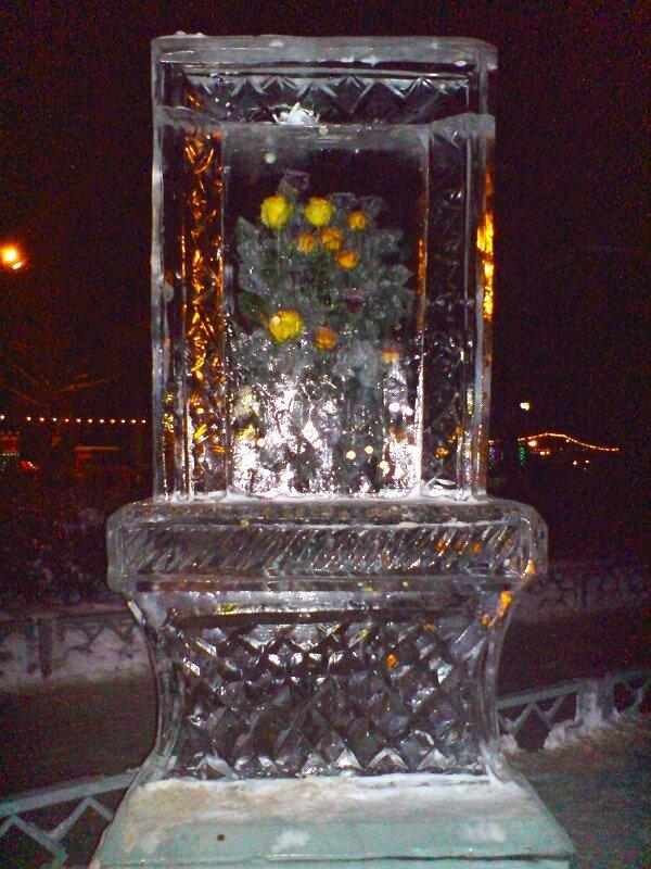 Сокольники, 8 января, каток. Цветы вмороженные в ледяные глыбы.