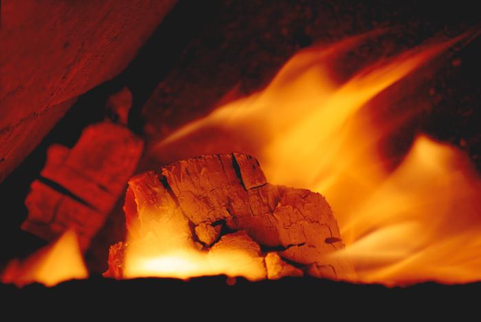 в печи горит огонь фото