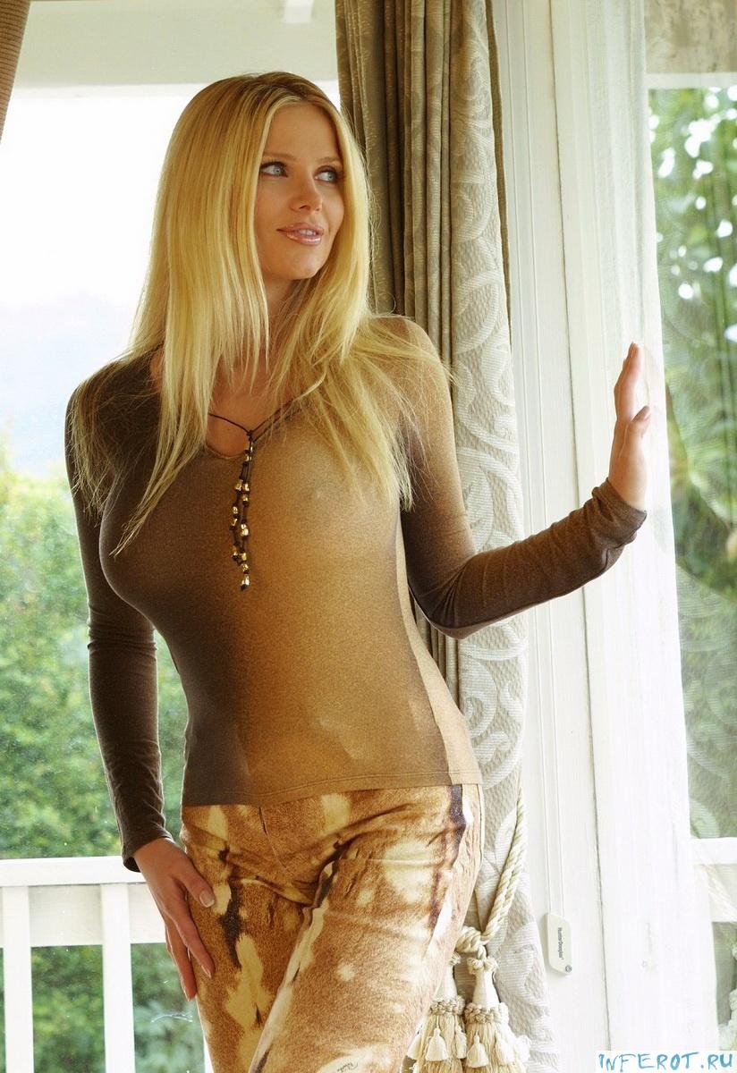 Сексуальная блондинка с большим бюстом (20 фото)