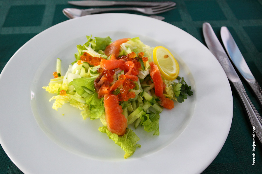 Салат «Бриз» (лист салата, капуста китайская, огурцы свежие, семга, икра лососевая, креветки, майонез, лимон)