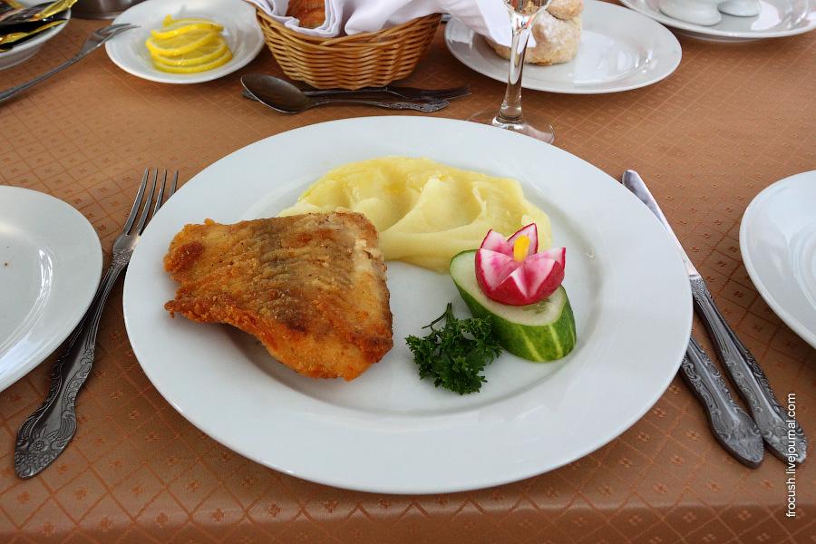 Рыба в сухарной корочке, картофельное пюре