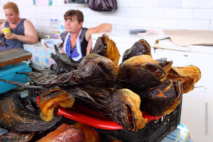 Рыбный рынок Астрахани. Сом копченый