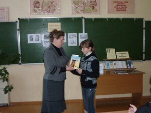 Заведующая библиотекой Андриенкова Е.Н. поздравляет победительницу школьного конкурса чтецов. 2010г