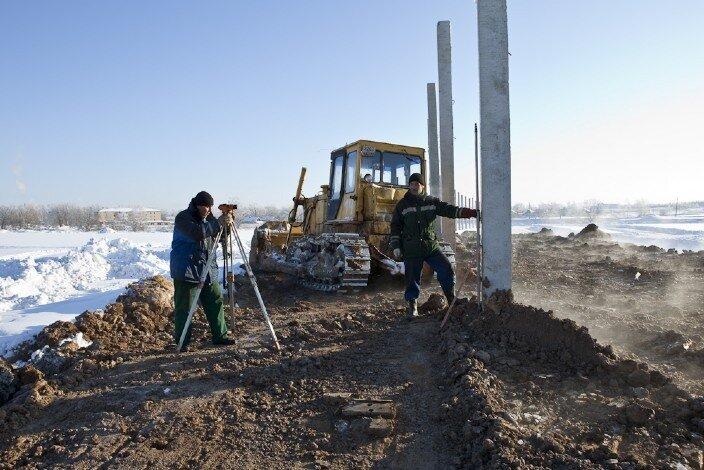Опоры забора между правой частью посёлка и д. Покровское