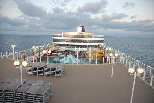 Раннее утро в Карибском море.  Внизу любимая 12-я палуба.