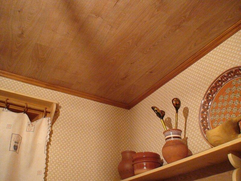 Отделка потолка ламинатом