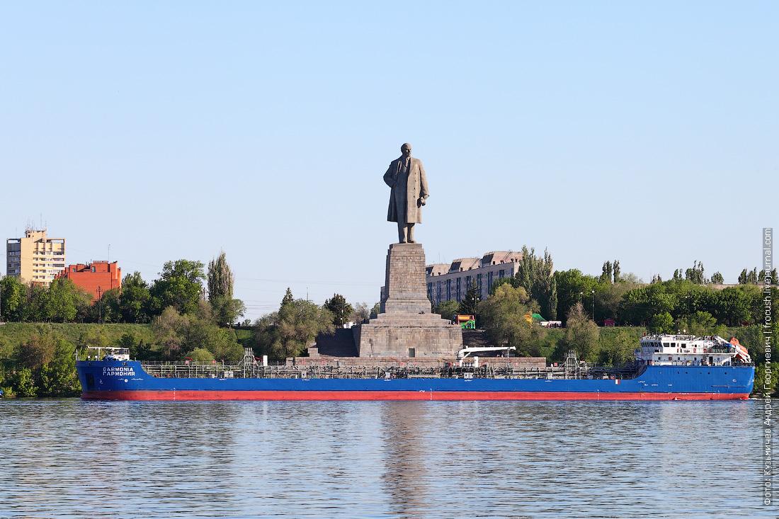 танкер как раз выходил из ВДСК и прошел аккурат напротив скульптуры В.И.Ленина