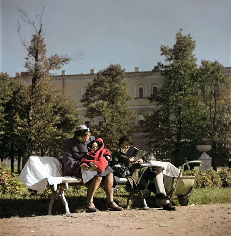 Moscow. 1947. Women and child on a park bench3.jpg