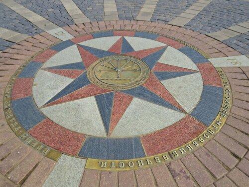 Памятный гвоздь на Сусанинской площади Костромы