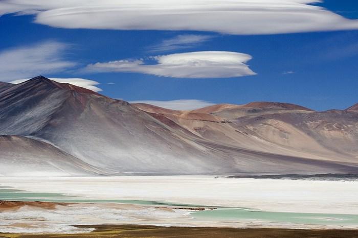 Иллюзия хождения по воде в соляной долине в Боливии   чудеса в горах