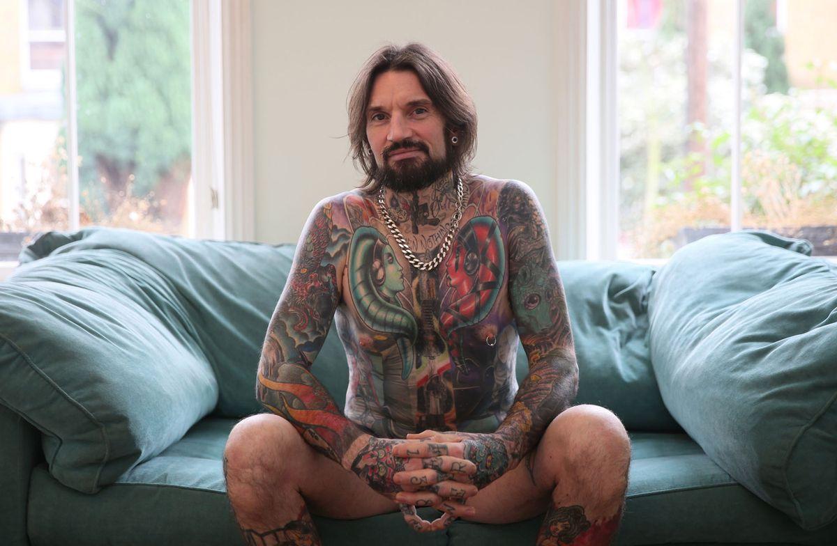 6. Плотник и строитель Мэтт Уорнер, 42 года, демонстрирует свои татуировки в Лондоне 29 ноября 2015