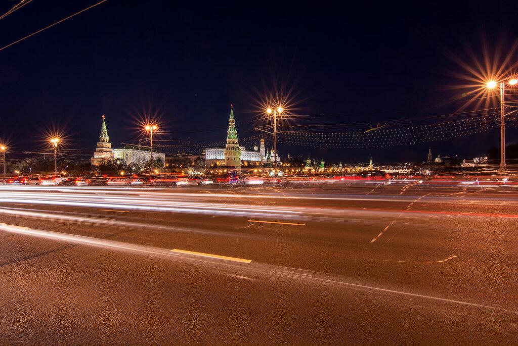 Москва. Большой Каменный мост. Вид на Кремль через проезжую часть. Затемно