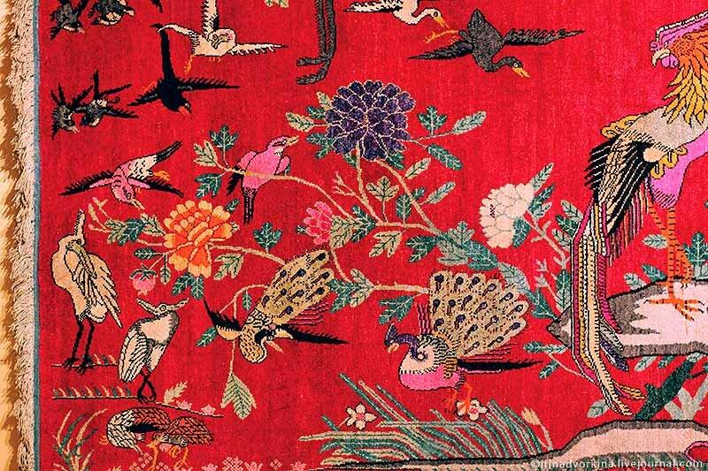 Ковер с изображением феникса и стаи птиц. Фрагмент. Восточный Туркестан (Синьцзян), сер. XX в.