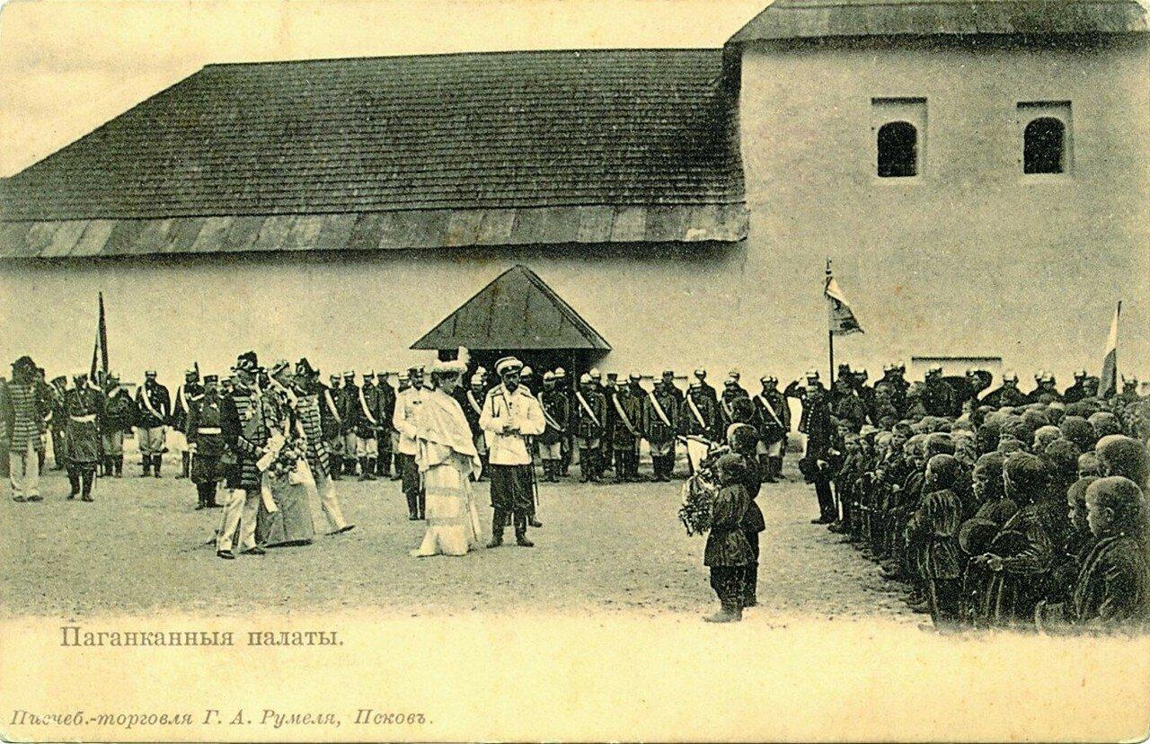 Император со свитой на территории Поганкиных палат