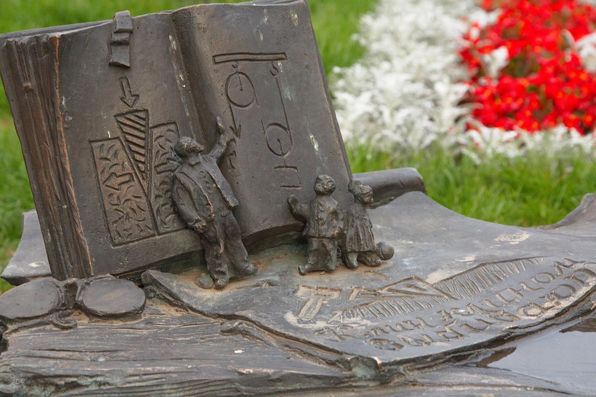 Экспонат в окружении памятника инженера Владимира Шухова отражающий сферу деятельности великого изобретателя.