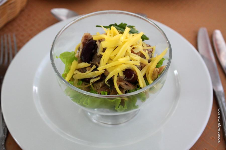 Салат из птицы с фасолью (куры отварные, грибы консервированные, фасоль красная, лук репчатый пассированный, сыр, чеснок, майонез)