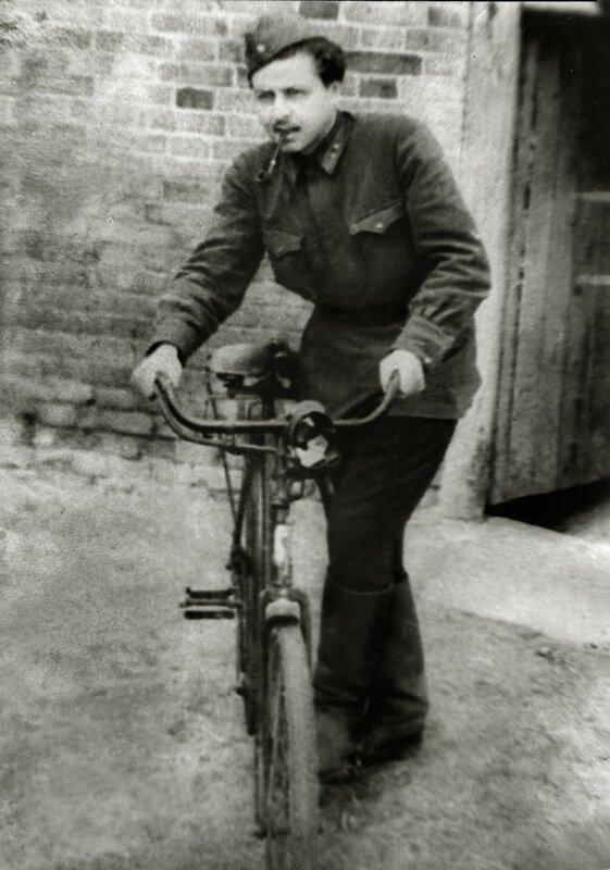 Юрий Левитанский на фронте.