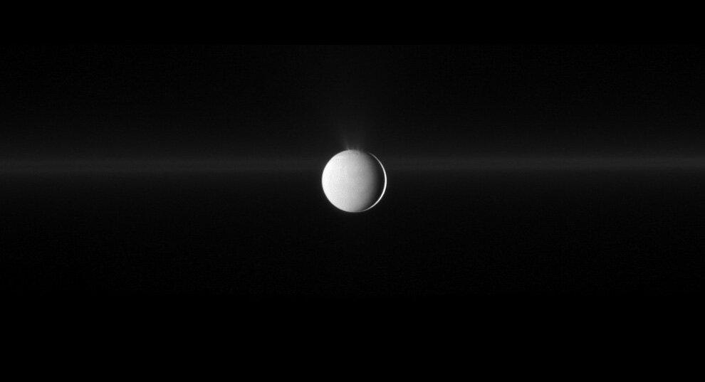 Энцелад извергает водный лед из своего южного полярного региона