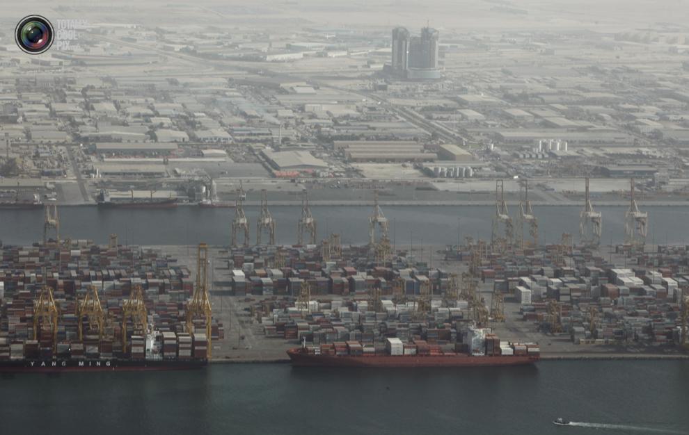 28. Вид с высоты птичьего полета на порт Джебель Али в Дубае. (REUTERS/Ahmed Jadallah) Напоминаем, ч