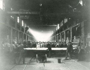 Члены общества в одном из цехов завода.