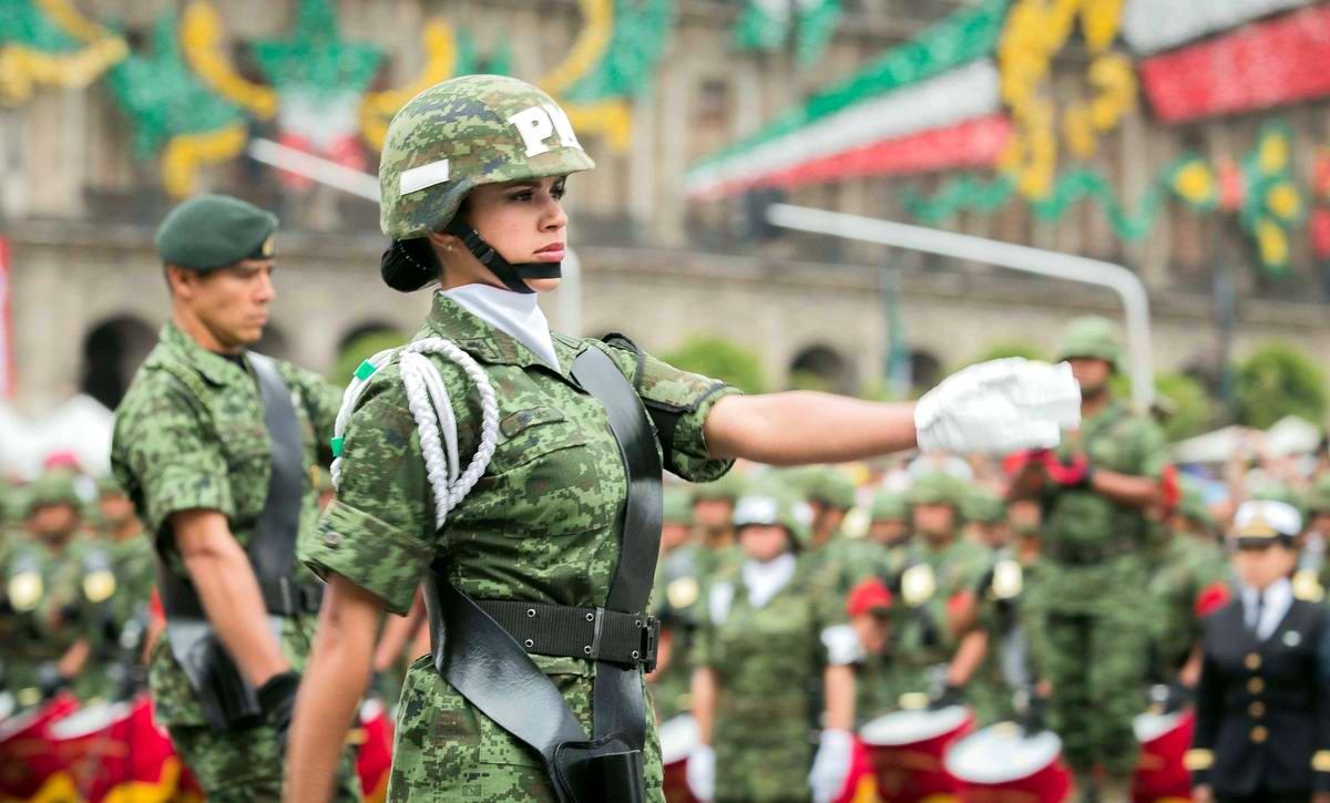 Очень грозная сила: Девушки в армейской униформе (1)