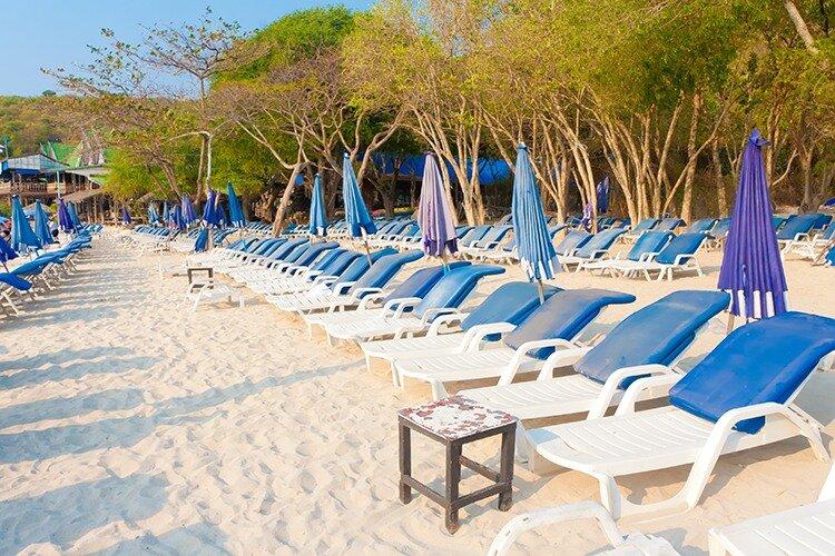 Лежаки на пляже райского острова Ко Лан. Тайланд