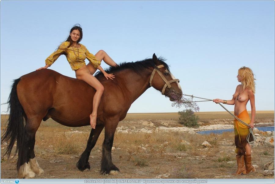 Две голые девочки и лошадка (20 фото)