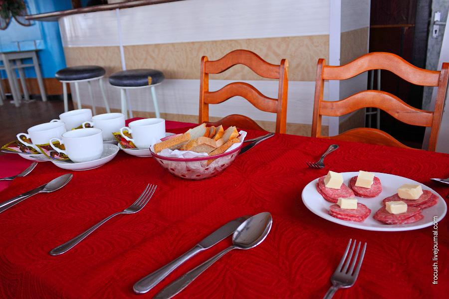 Масло сливочное 15 гр, колбаса 50 гр, кофе 3 в 1 (!!!), хлеб