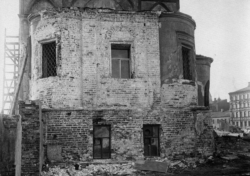 Вид церкви Николы Мокрого в процессе разборки. 1941.