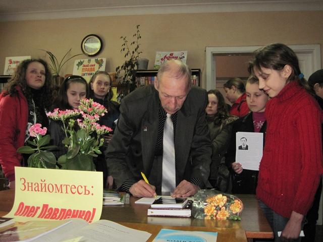 Дягівський казкар зустрівся з менськими учнями. Фото. Відео