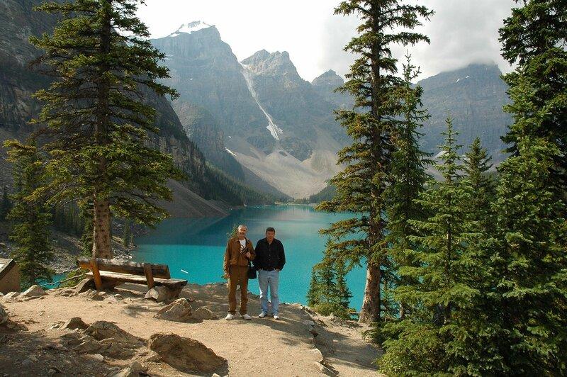 Озеро Морейн в Скалистых горах Канады. Скамейка для созерцания.